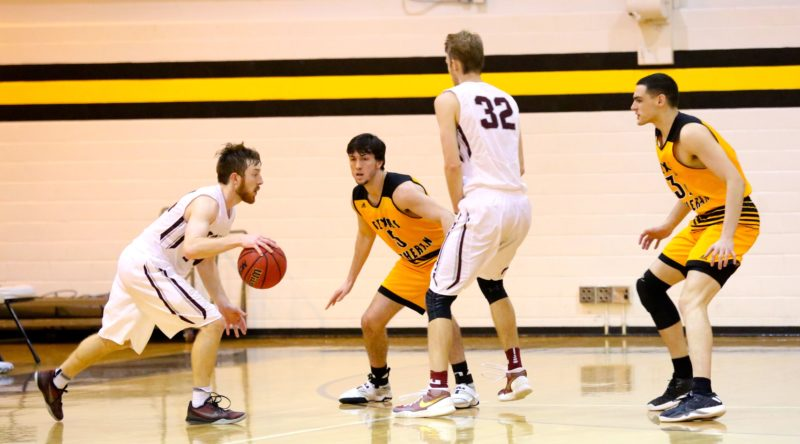 Men's basketball splits weekend's games