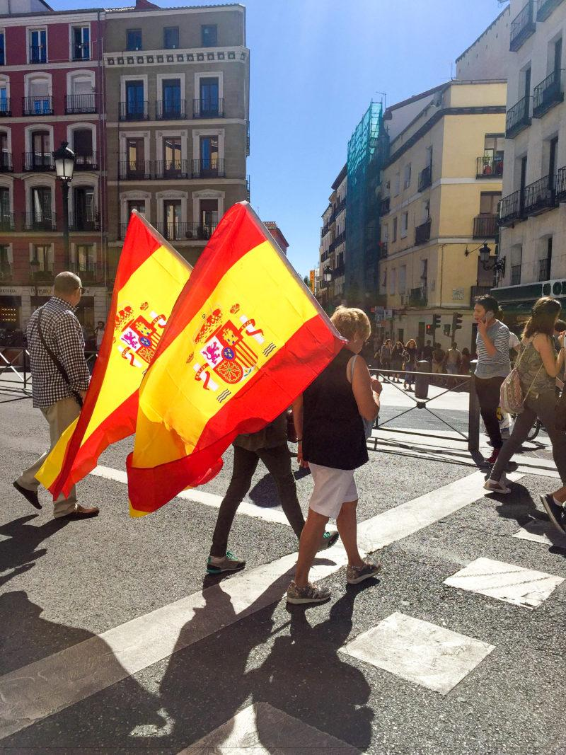 Many Spaniards in Madrid are against the referendum and show their support of the Spanish government by carrying flags. Photo by Soleil Gaffner
